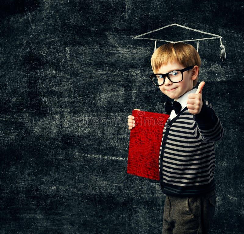 小学生教育书,在玻璃的孩子与文凭 免版税库存照片