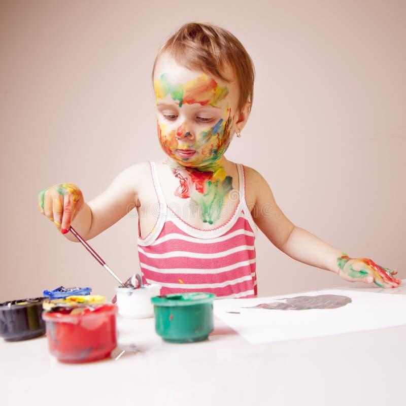 小孩与刷子的女孩绘画 艺术,创造性,秀丽童年概念 库存图片