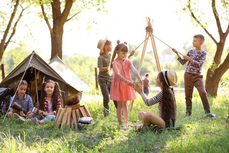 小孩临近帐篷户外 库存图片