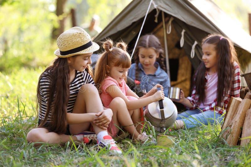小孩临近帐篷户外 图库摄影