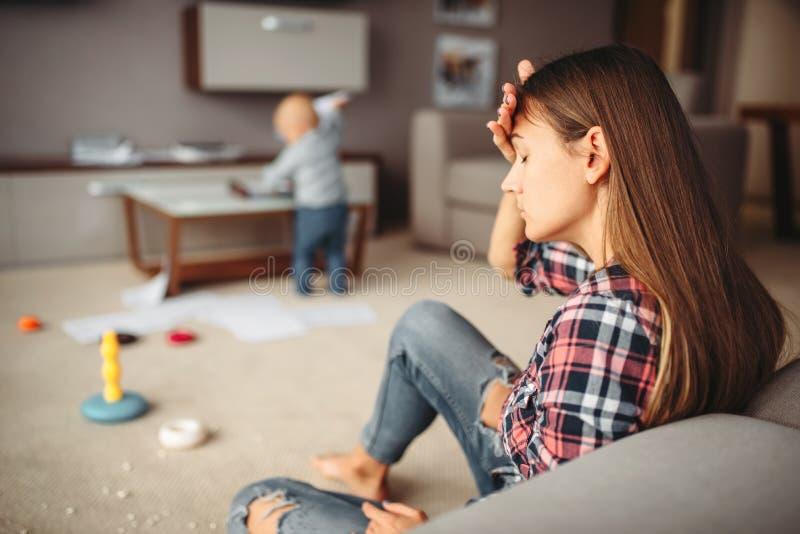小孩使用在屋子里的,重音的母亲 免版税图库摄影