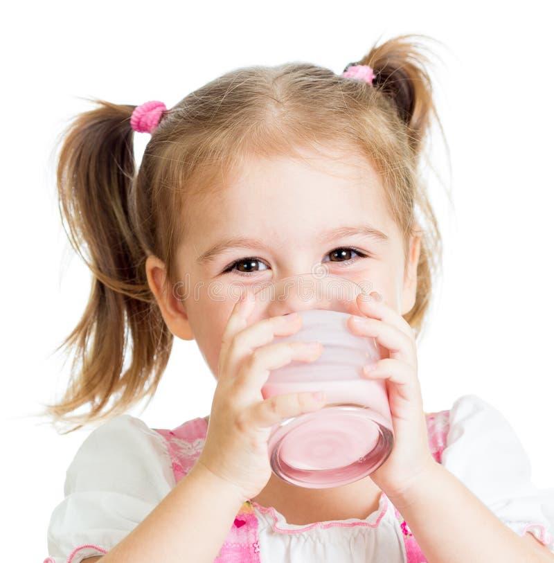 小孩儿女孩饮用的酸奶或牛乳气酒 免版税库存照片