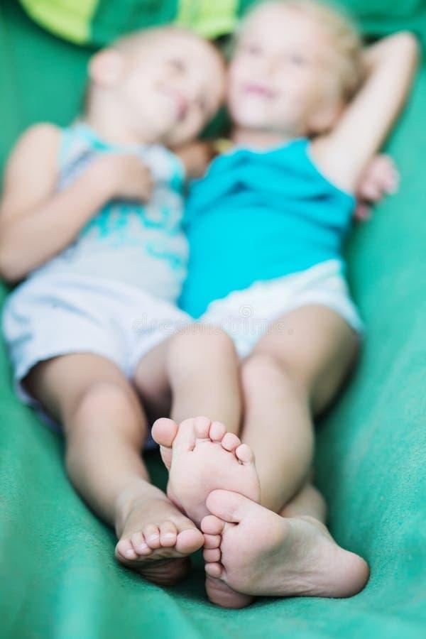 小孩在吊床拥抱 免版税图库摄影