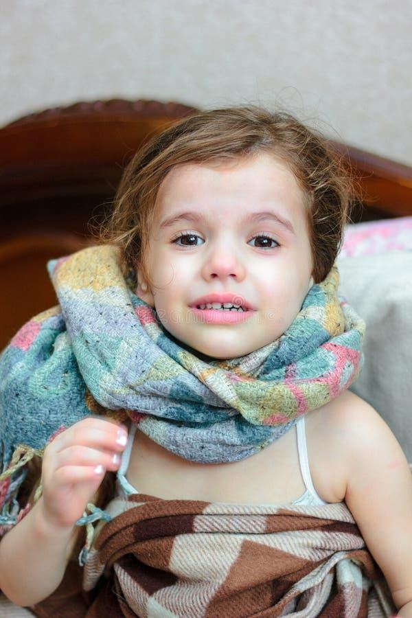 小孩女孩以冷的憔悴 免版税图库摄影