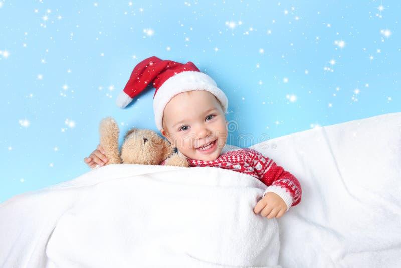 小孩子在圣诞老人帽子空的拷贝空间背景中 库存图片