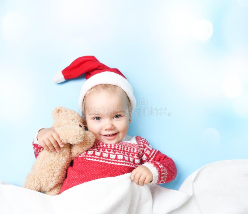 小孩子在圣诞老人帽子空的拷贝空间背景中 图库摄影