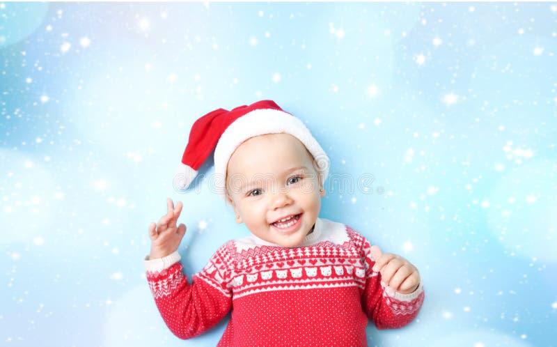 小孩子在圣诞老人帽子空的拷贝空间背景中 免版税库存照片