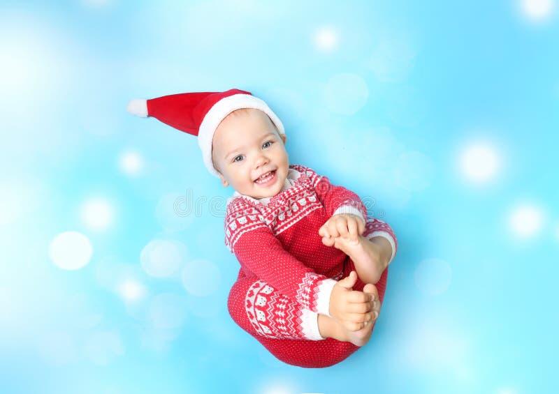 小孩子在圣诞老人帽子空的拷贝空间背景中 免版税库存图片