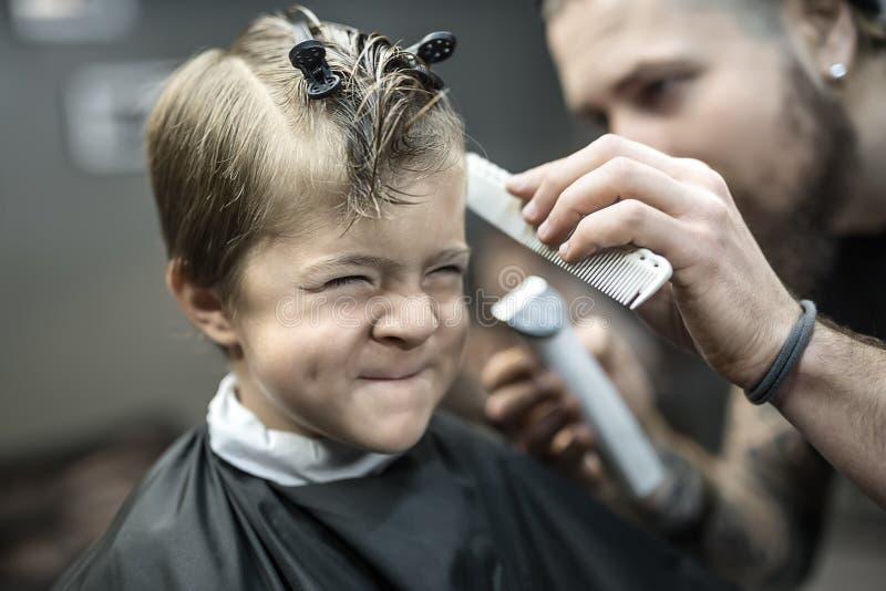 小孩子在理发店 库存图片