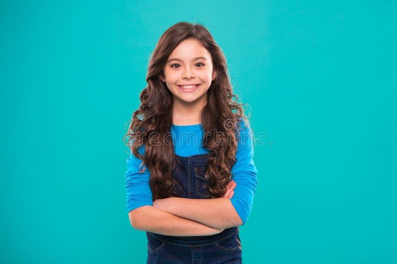小孩子时尚 有完善的头发的小女孩孩子 童年幸福 愉快的女孩一点 秀丽和方式 图库摄影