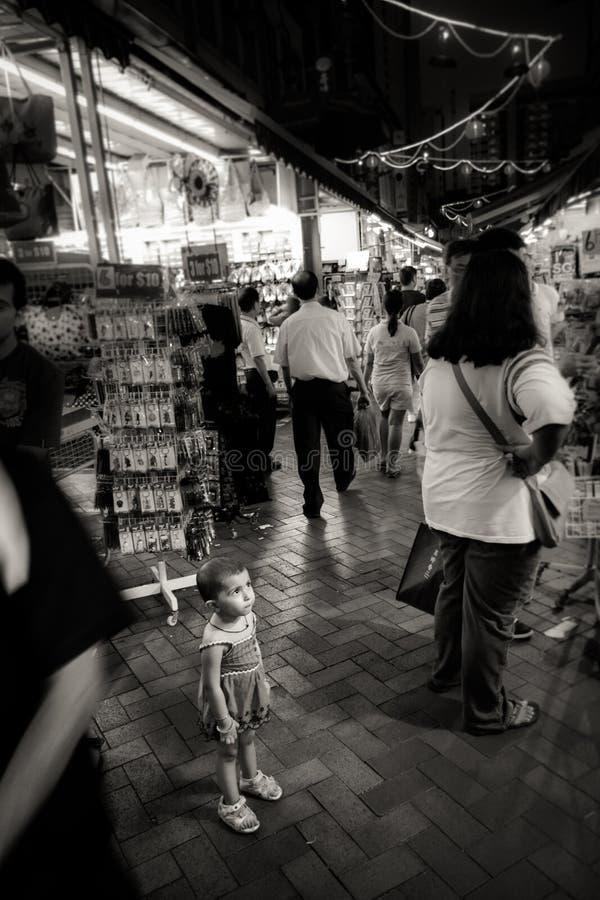 小孩子神色在拥挤唐人街街道,新加坡丢失了 免版税库存照片