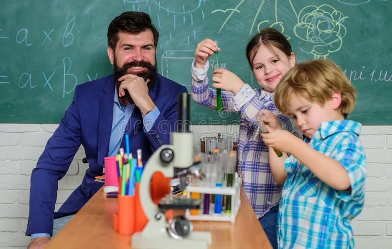 小孩学会在学校实验室显微镜实验笔记的化学 显微镜光学仪器在 库存照片