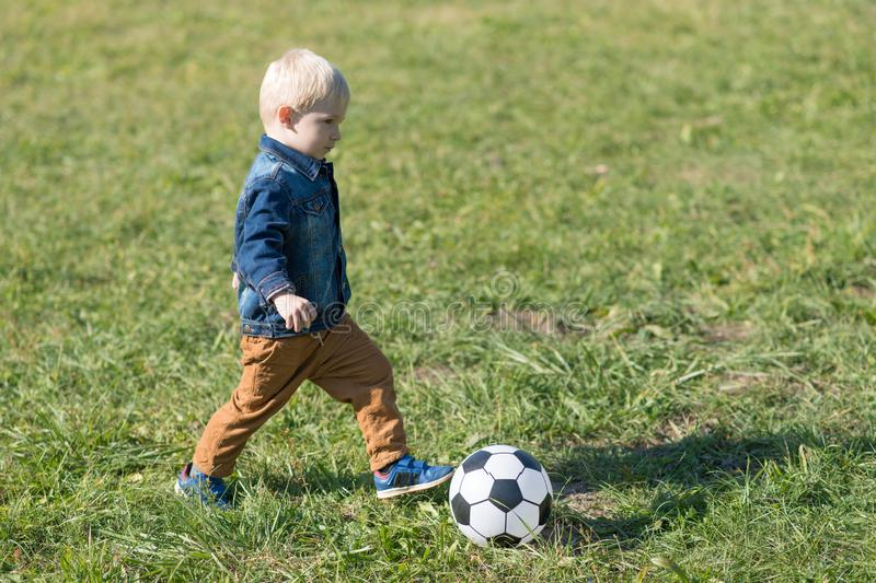 小孩戏剧橄榄球在公园 免版税库存照片
