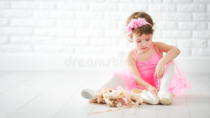 小孩成为的芭蕾舞女演员女孩梦想有芭蕾舞鞋的 图库摄影