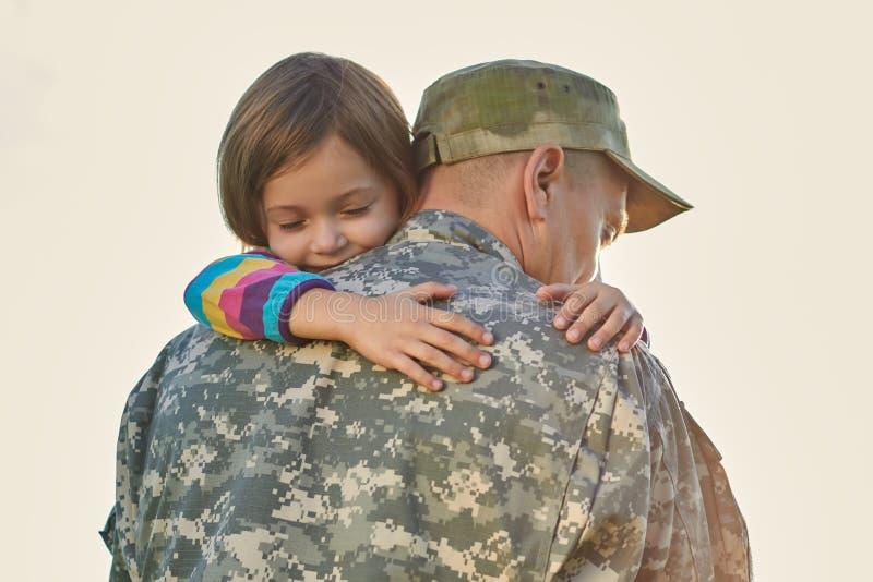 小孩是非常愉快的她的父亲从军队回来了 免版税库存图片