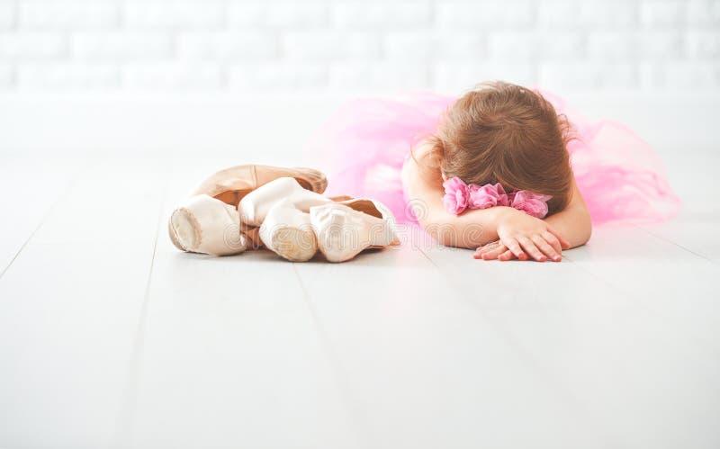 小孩有芭蕾舞鞋和pointe鞋子的女孩芭蕾舞女演员 库存照片
