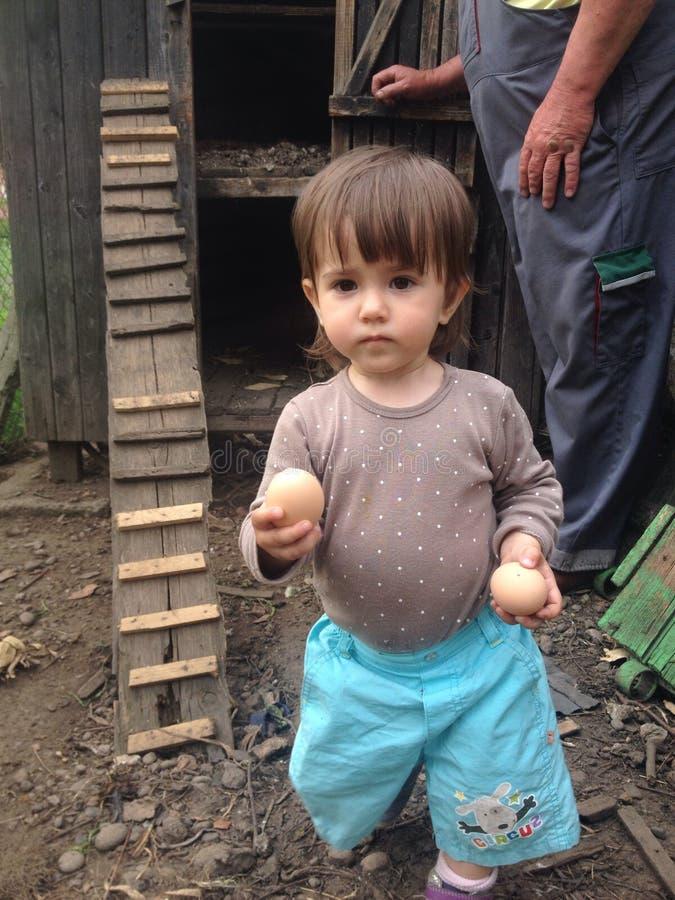 小孩用新鲜的鸡蛋 库存图片
