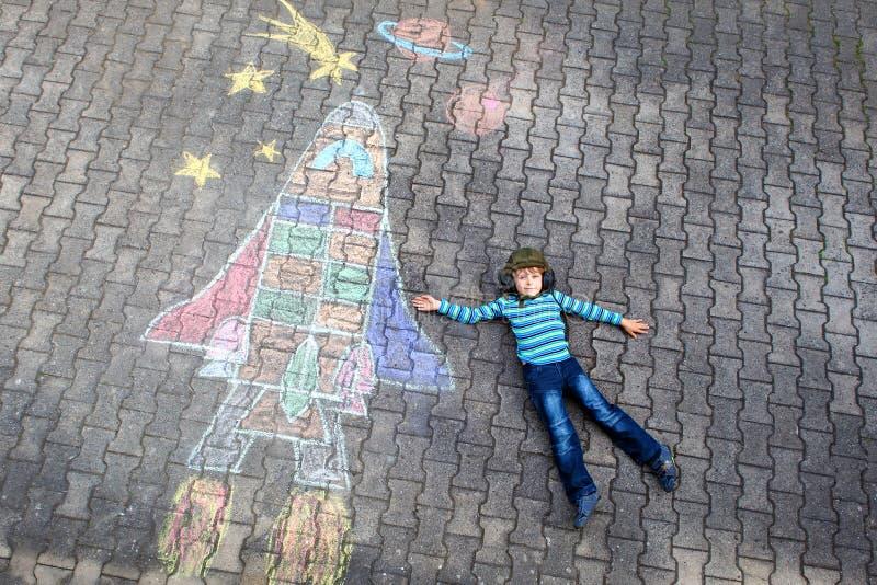 小孩由航天飞机的男孩飞行用粉笔写图片 免版税库存图片
