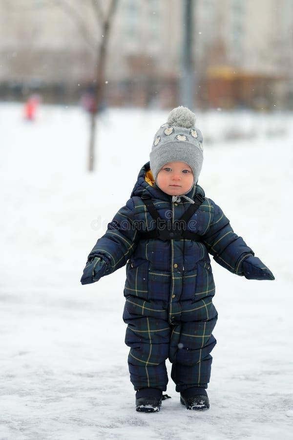 小孩男孩冬天画象  免版税库存照片