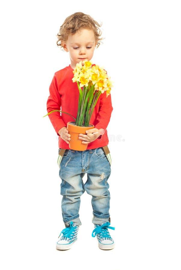 小孩男孩嗅到的花 图库摄影