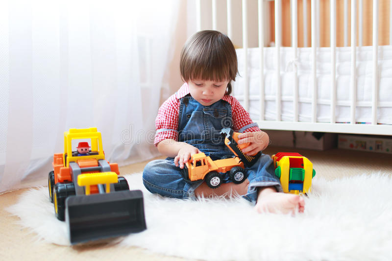 2年小孩男孩在家演奏汽车 库存图片