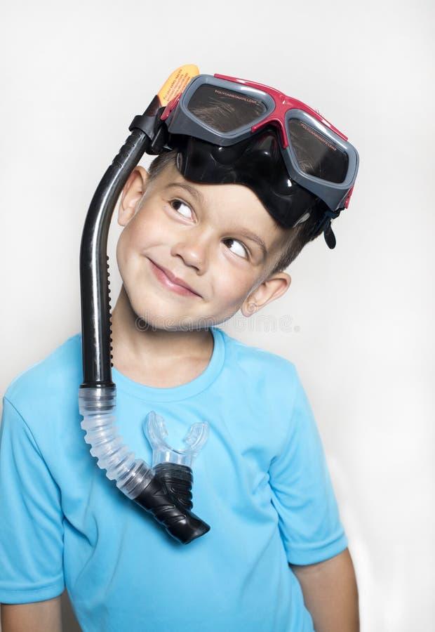 小孩男孩在有紫外过滤器和水肺面具的一件T恤杉穿戴了 库存照片