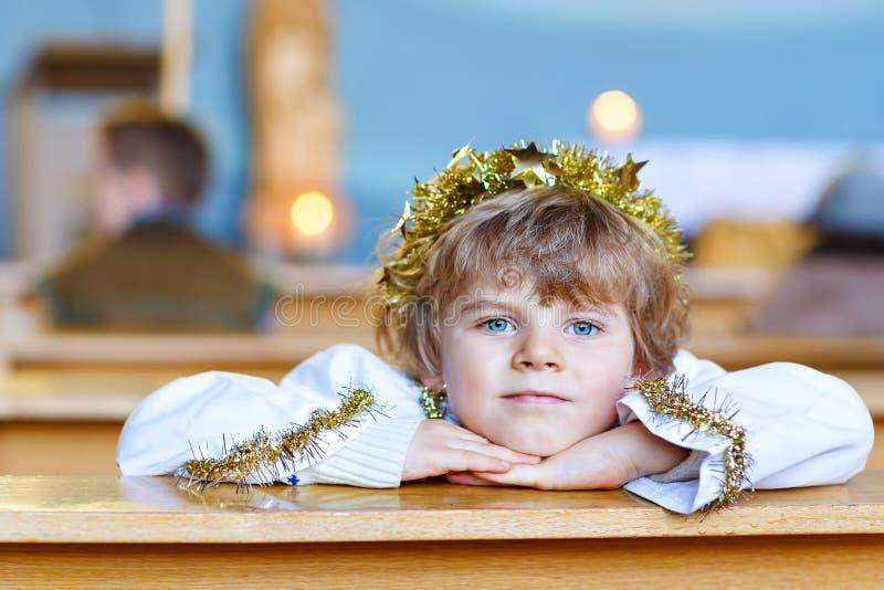 小孩男孩在自圣诞前夕的教会里 库存图片