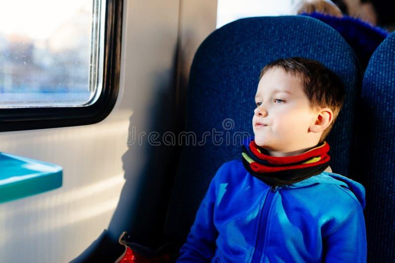 小孩男孩旅行 免版税库存图片