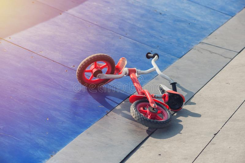 小孩的自行车下来在滑板舷梯公园 免版税库存图片