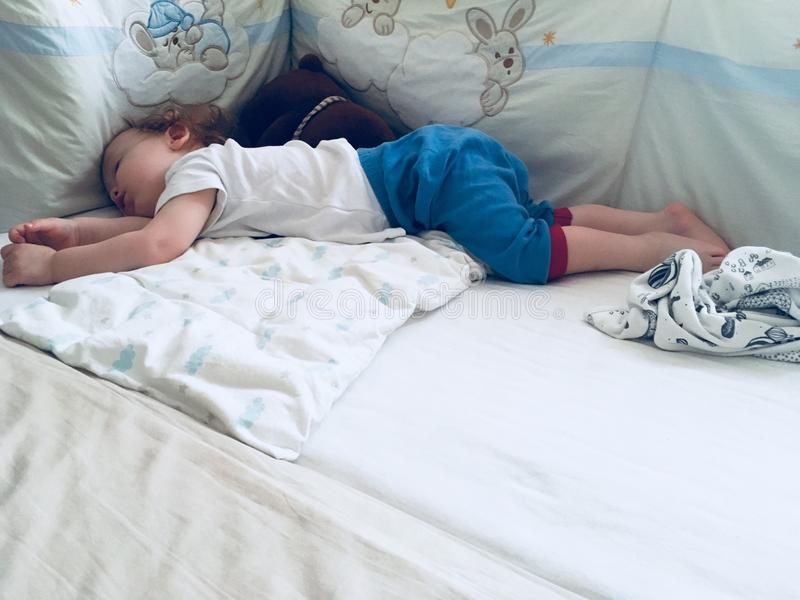 小孩睡觉 免版税库存照片