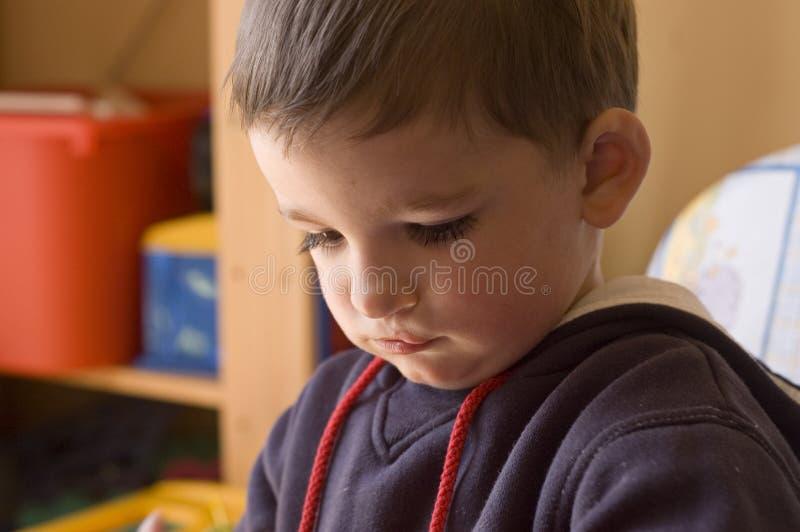小孩纵向在他的屋子里 免版税库存图片