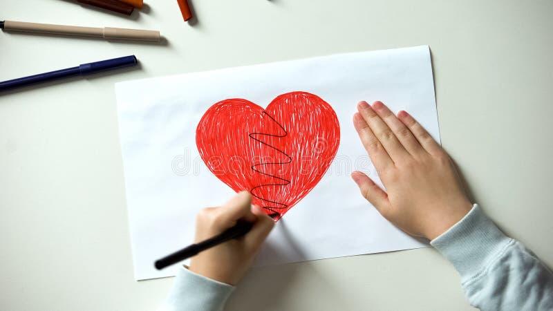 小孩绘画伤心、惨暴和家庭问题概念,离婚 免版税库存照片