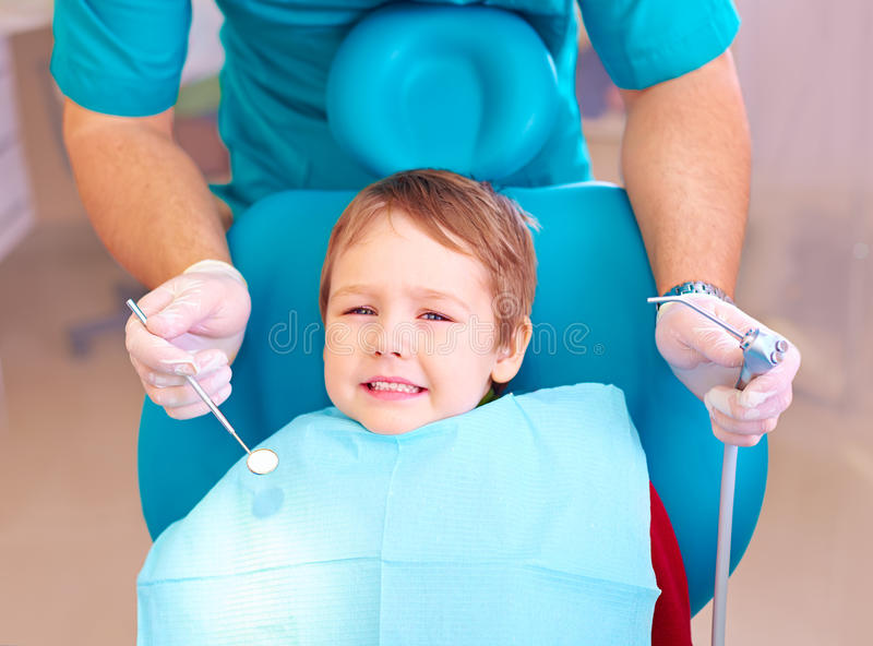 小孩,耐心害怕牙医,当参观牙齿诊所时 库存照片