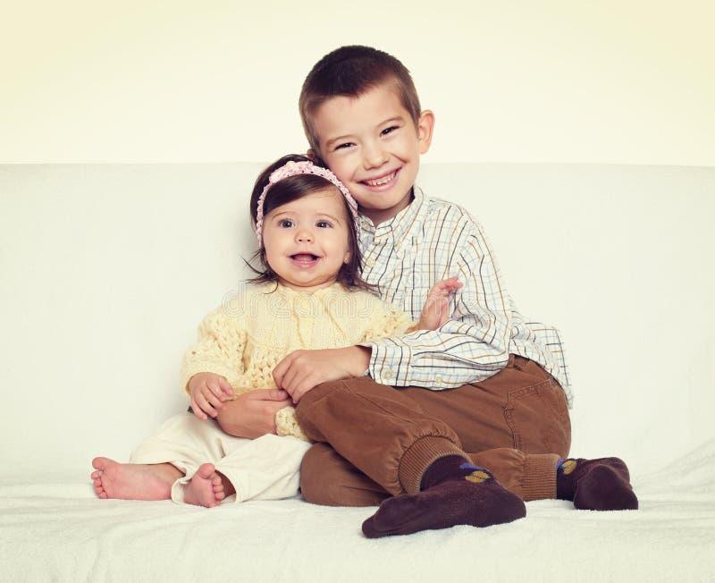 小孩画象兄弟和姐妹 免版税库存照片