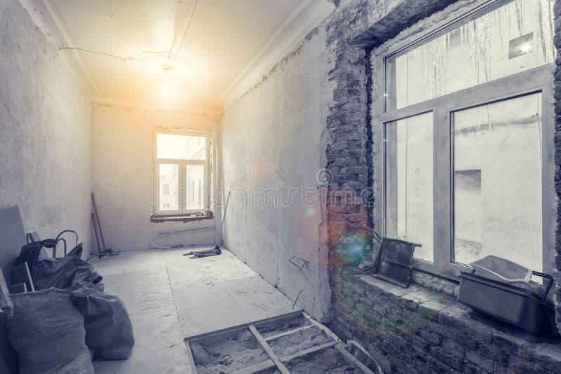 小室内部有石膏板石膏墙壁的在公寓建设中,改造, renovatio 免版税图库摄影