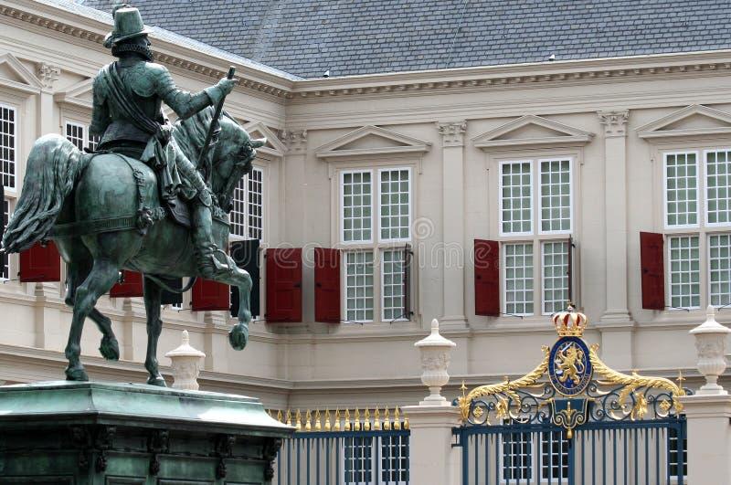 小室在马背上桔子的威廉Haag雕象在王宫前面 库存照片