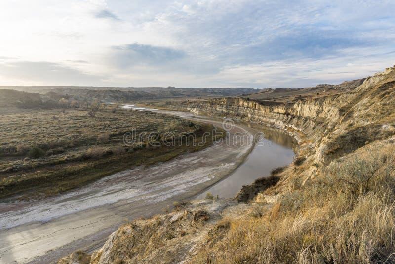 小密苏里河通过西奥多・罗斯福国家蜿蜒 免版税库存图片