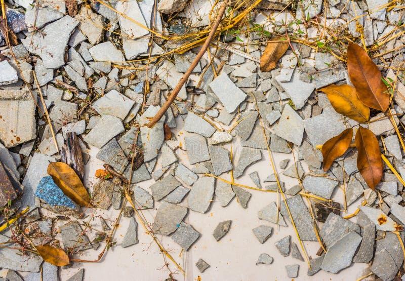 小小卵石岩石的图象在破裂的水泥地面纹理的 免版税库存图片