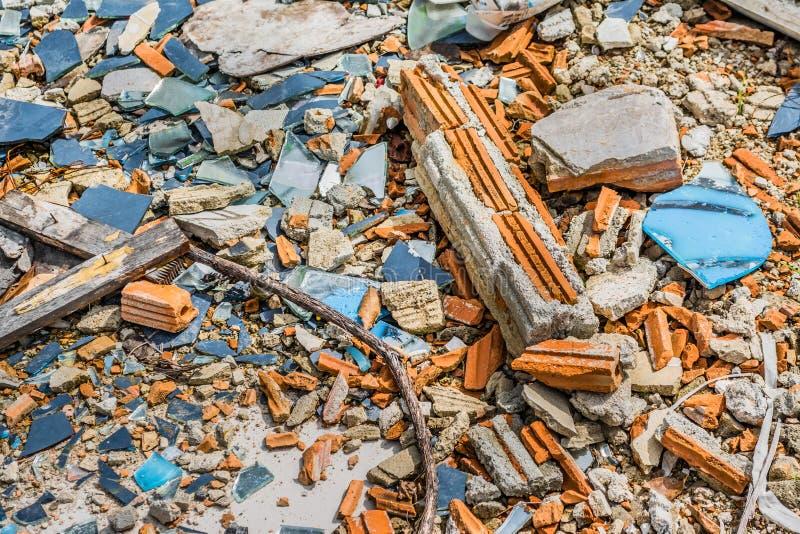 小小卵石岩石的图象在破裂的水泥地面纹理的 免版税库存照片