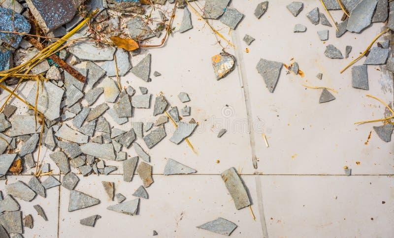 小小卵石岩石的图象在破裂的水泥地面纹理的 库存图片