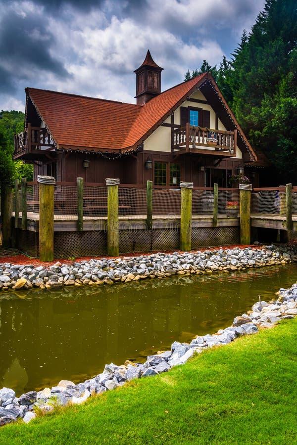 小小河和红被顶房顶的大厦在海伦,乔治亚 库存图片