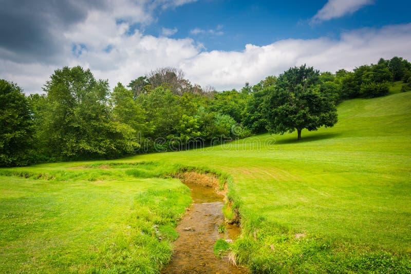 小小河和领域在农村卡洛尔县,马里兰 免版税库存照片