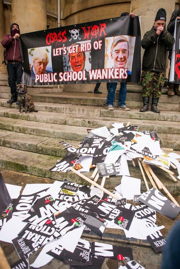 小小组恼怒的反政府无政府主义者在波特兰地方,伦敦进行抗议 图库摄影