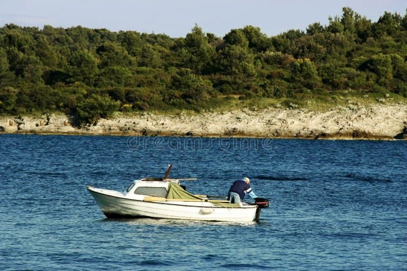 小小船的渔夫 免版税库存图片