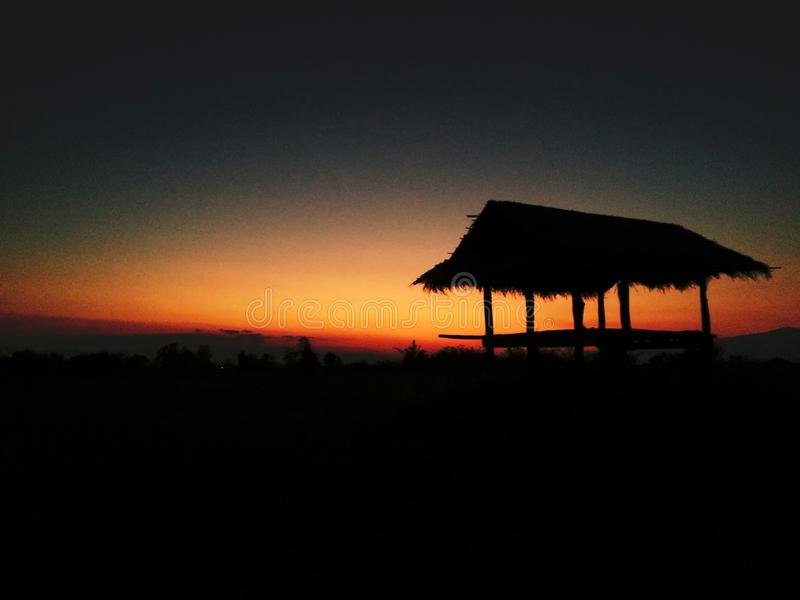 小屋在日落前的晚上 免版税库存照片