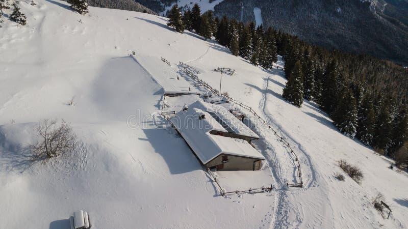 小屋Cassinelli的寄生虫鸟瞰图在雪秋天以后 意大利阿尔卑斯 免版税库存照片