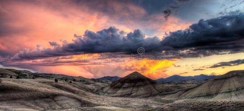 小山俄勒冈被绘的全景日落 库存照片