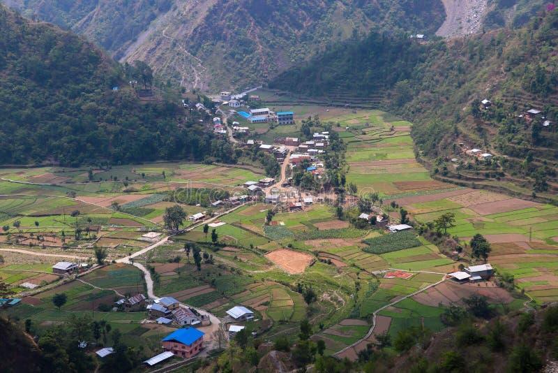 小山包围的村庄 免版税库存图片