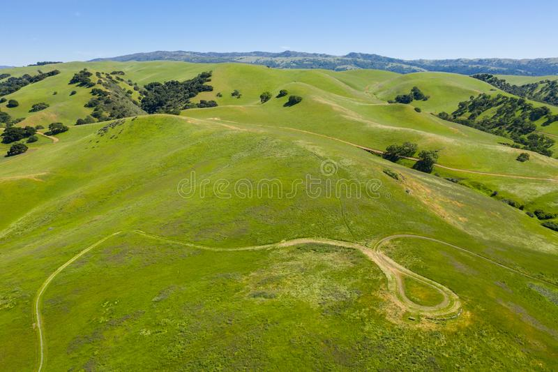 小山和足迹天线在三谷,加利福尼亚北部 免版税库存图片
