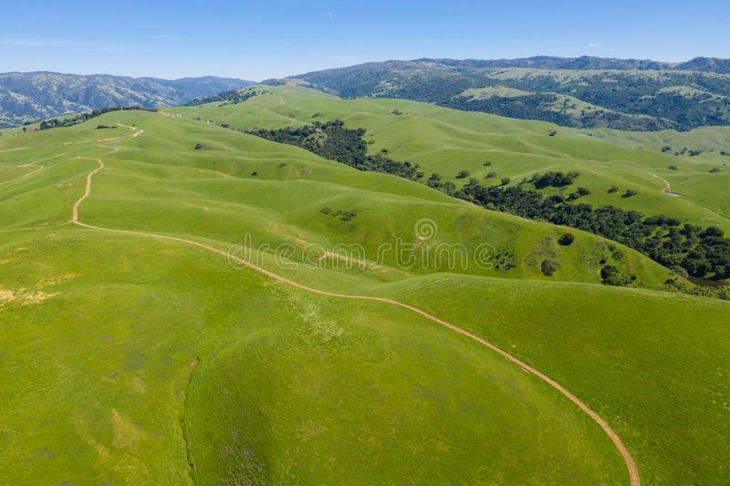 小山和足迹鸟瞰图在三谷,加利福尼亚北部 免版税库存图片
